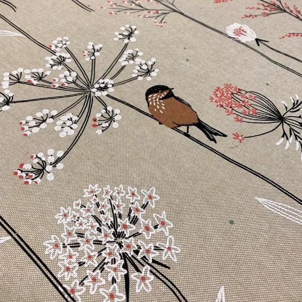 Dekostoff Kleiner Vogel auf natur